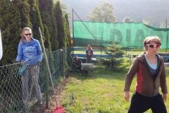 ženy a dívky při zahradních pracech