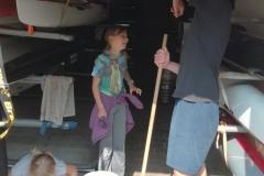 děti uklízely ve skladu lodí
